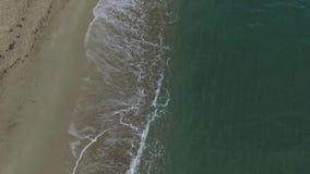 Luchthommelmening van tropisch strand, oceaangolven die kust bereiken Hoogste mening van golvenonderbreking op tropisch zandstran stock video