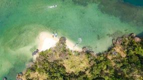 Luchthommelmening van tropische eilanden, stranden en boten in blauw duidelijk Andaman-zeewater van hierboven, de mooie eilanden  stock foto's