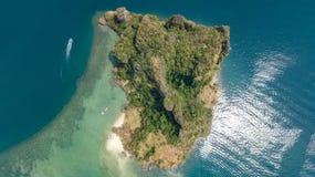 Luchthommelmening van tropische eilanden, stranden en boten in blauw duidelijk Andaman-zeewater van hierboven, de mooie eilanden  royalty-vrije stock fotografie