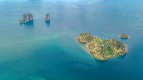 Luchthommelmening van tropische eilanden, stranden en boten in blauw duidelijk Andaman-zeewater van hierboven, de mooie eilanden  stock foto