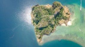 Luchthommelmening van tropische eilanden, stranden en boten in blauw duidelijk Andaman-zeewater van hierboven, de mooie eilanden  royalty-vrije stock foto's