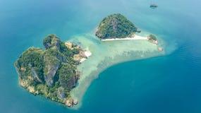 Luchthommelmening van tropische eilanden, stranden en boten in blauw duidelijk Andaman-zeewater van hierboven, de mooie eilanden  royalty-vrije stock afbeeldingen