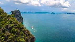 Luchthommelmening van tropische eilanden, stranden en boten in blauw duidelijk Andaman-zeewater van hierboven, de mooie eilanden  royalty-vrije stock foto