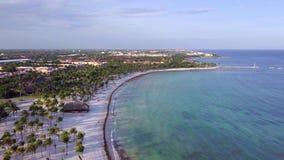 Luchthommelschot De camera neemt langzaam naar omhoog toe om een schitterende mening van de kust van de Caraïbische Zee te openba stock videobeelden