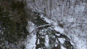 Luchthommelschot van de winterbrug bij Chittenango-Dalingen stock videobeelden