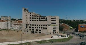 Luchthommelschot van verlaten en zijnd vernietigd hotel Nemunas dichtbij winkelcentrum Akropolis en rivier Nemunas in Kaunas, L stock footage
