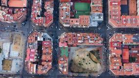 Luchthommelvideo van Barcelona Spanje Straten van Uitbreidingsdistrict Hospital DE Sant Pau Videolengte De nokkendraaien stock video