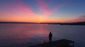 Luchthommelvlucht over kleine dok en boot bij het meer, mooie zonsopgangmening stock footage