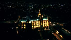 Luchthommelvlucht over nacht Metz binnen, Frankrijk stock video