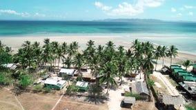 Luchthommelvlucht over tropisch paradijs turkoois strand met palmen en bungalow Gr Nido, Filippijnen stock footage
