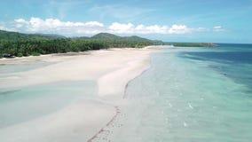 Luchthommelvlucht over tropisch paradijs turkoois strand met palmen Gr Nido, Filippijnen stock footage