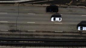 Luchthommelvlucht over verkeer Tijdtijdspanne van autosnelweg in stad stock video