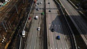 Luchthommelvlucht over verkeer Volg schot van groene wagen stock videobeelden