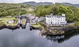 Luchthorizon van het mooie historische havendorp van Crinan Stock Foto's