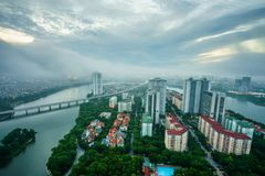 Luchthorizonmening van cityscape van Hanoi bij dageraad met lage wolken Linh Dam-schiereiland, Hoang Mai-district Royalty-vrije Stock Foto