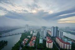 Luchthorizonmening van cityscape van Hanoi bij dageraad met lage wolken Linh Dam-schiereiland, Hoang Mai-district Royalty-vrije Stock Foto's