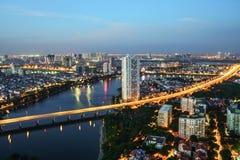 Luchthorizonmening van cityscape van Hanoi bij schemering Linh Dam-schiereiland, Hoang Mai-district, Hanoi, Vietnam Stock Foto