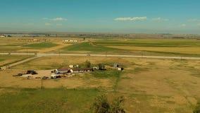 Luchthyperlapse over landbouwbedrijf in Oostelijk Colorado, de V.S. stock footage