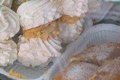 Luchtig klein schuimgebakje met room Smakelijk zoet dessert stock afbeelding