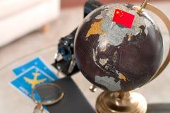 Luchtkaartje en Chinese vlag op bol stock afbeeldingen