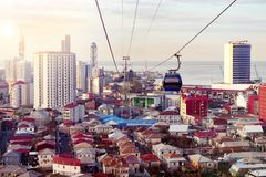 Luchtkabelbaan boven stadsdaken van Batumi, Georgië Stedelijk landschap met high-rise en gewone enige verdiepingshuizen en overze royalty-vrije stock foto's
