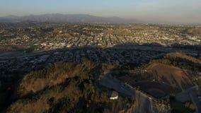 Luchtklem boven honkbalvelden en de buurt van het Ciprespark van Los Angeles stock footage