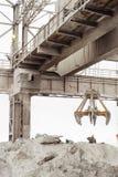 Luchtkraan met mechanische multivalve clamshell greep in in openlucht bedrijfwinkel stock foto's