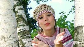Luchtkus een jong Russisch meisje met berk stock footage