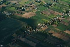 Luchtlandbouwlandschap met rivier en landbouwbedrijven, dorp royalty-vrije stock afbeelding