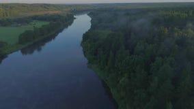Luchtlandcape van rivier in groene weiden stock footage