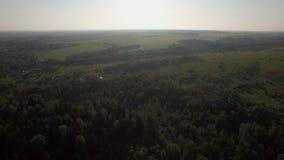 Luchtlandschap met bossen, gebieden en dorp in Rusland stock footage