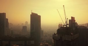 Luchtlandschap van mistige dag in Djakarta de stad in stock video