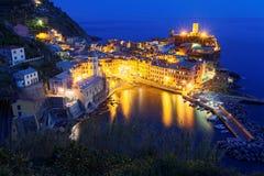 Luchtlandschap van mooie Vernazza bij schemer met weerspiegelingen van lichten op vreedzame wate royalty-vrije stock foto