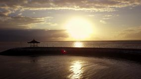 Luchtlandschapslengte van zonsopgang op strand stock footage