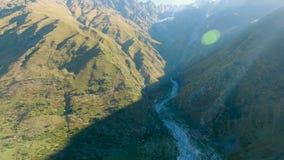 Luchtlandschapsmening van de bergen van de Kaukasus stock footage
