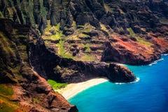 Luchtlandschapsmening van Honopu-Boog bij de kustlijn van Na Pali, Kauai stock foto