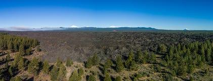Luchtlava flow-panorama dichtbijgelegen Kromming, Oregon stock foto's