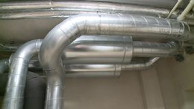 Luchtleiding van een HVAC-systeem in de bureaubouw stock videobeelden