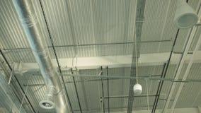 Luchtleidingen voor ventilatie aan het plafond van grote industriële gebouwen stock videobeelden