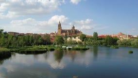 Luchtlengte De Kathedraal van Salamanca dacht in de Tormes-rivier na spanje stock videobeelden