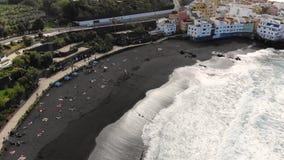 Luchtlengte die boven Jardin-strand in Puerto de la Cruz vliegen Tenerife stock footage