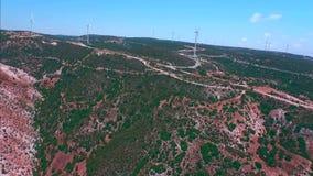 Luchtlengte: het bergachtige terrein dichtbij Souskiou verliet dorp stock video