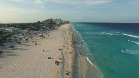 Luchtlengte van Cancun-strand Hommel die boven kustlijn vliegen met hotels stock videobeelden