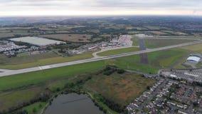 Luchtlengte van de beroemde die luchthaven van Leeds en van Bradford op het Yeadon-gebied van West-Yorkshire in het UK wordt geve stock videobeelden
