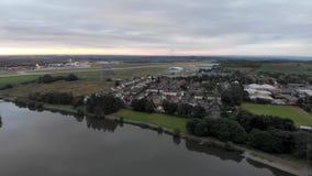 Luchtlengte van de beroemde luchthaven van Leeds en van Bradford die op het Yeadon-gebied van West-Yorkshire in het UK wordt geve stock footage