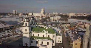 Luchtlengte van de Hogere Stad - het hisoric centrum die van Minsks, zijn kerken en kathedralen tonen stock videobeelden
