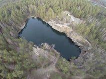 Luchtlengte van de mijnbouw van de granietsteengroeve in bos Royalty-vrije Stock Fotografie