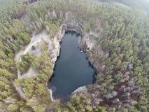 Luchtlengte van de mijnbouw van de granietsteengroeve in bos Stock Foto's