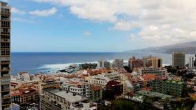 Luchtlengte van de stad van Puerto de la Cruz Tenerife stock footage