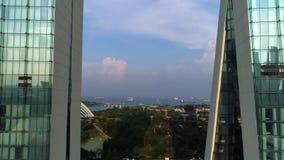 Luchtlengte van de wolkenkrabbers van Singapore met Stadshorizon tijdens bewolkte de zomerdag schot Luchtmening van de Stad van S stock videobeelden